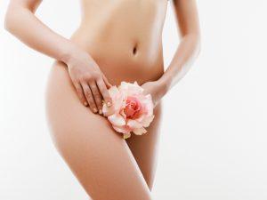 VIOを花で隠す女性