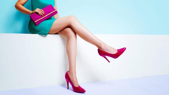 ヒールを履いて足を組む女性