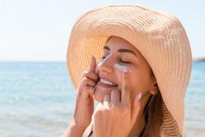 日焼け止めを顔に塗る女性